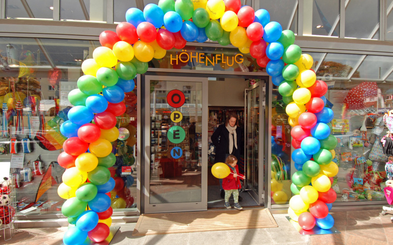 Ballonkette vor dem Geschäft