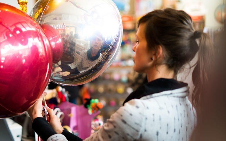 Folienballon wird mit Helium gefüllt