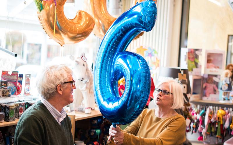 Folienballon als Zahl mit Helium gefüllt